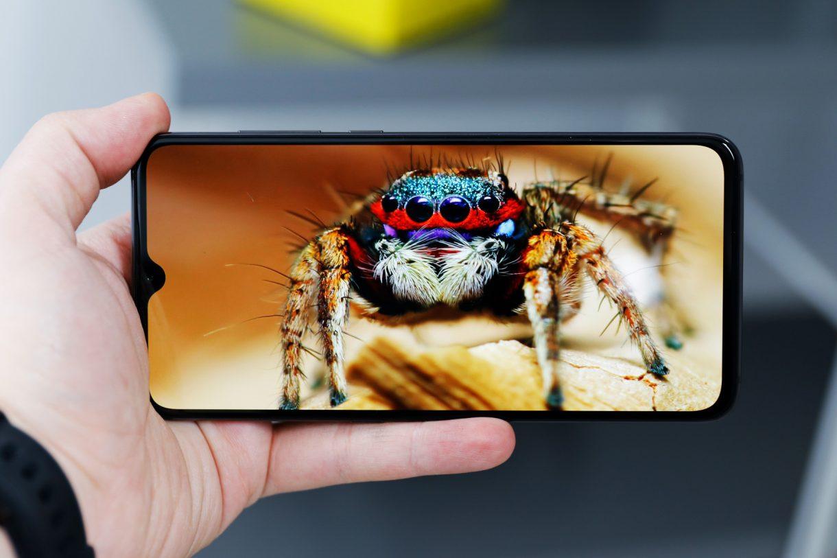 Xiaomi-Mi-9-экран-1220x813